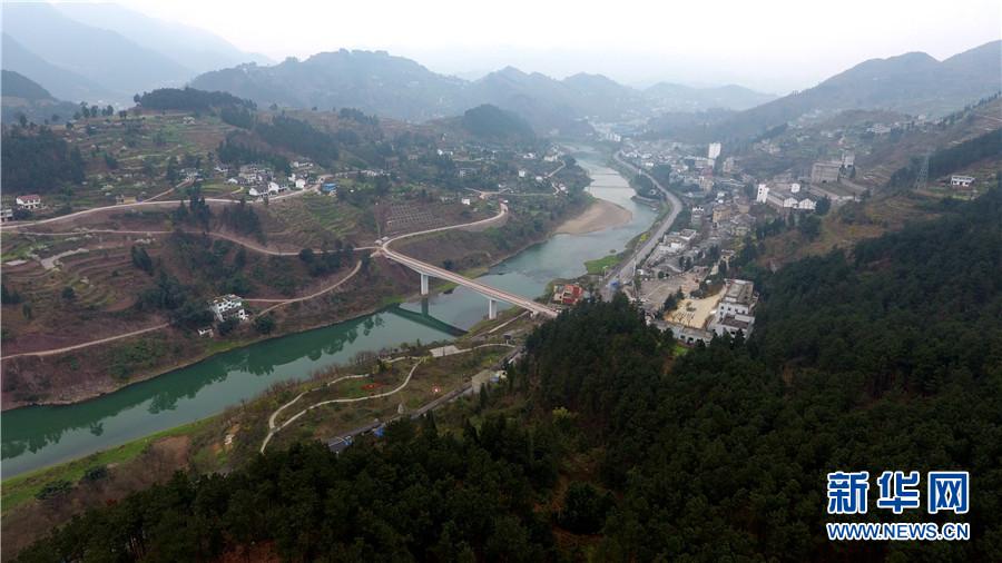 图为3月6日在贵州仁怀市茅台镇境内航拍的赤水河春景.